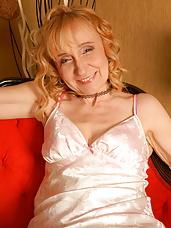 Blonde mature slut getting herself wet