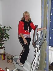 Mature slut working the hometrainer naked