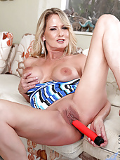 Anilos Bridgette Lee exposes her cougar pussy and stuffs it with her lengthy dildo
