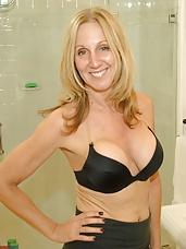 Sexy over 40 mother Jenna Covelli is one slut mom. She likes to play with her sons friends and this week she plays with Thomas