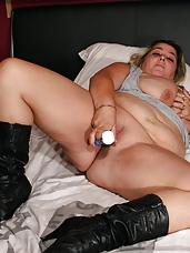 This big mama loves to shake huge tits